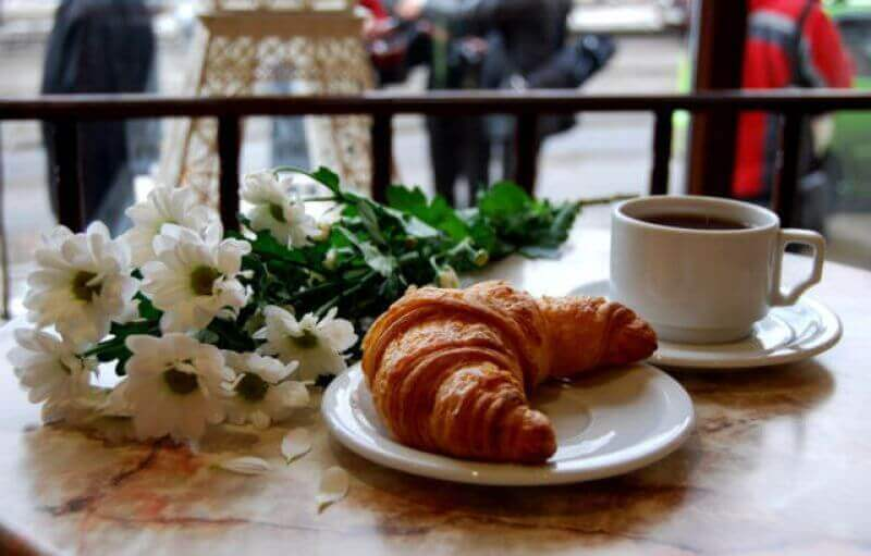 Французький сніданок і круасан