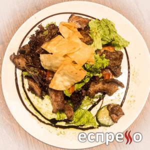Теплий салат з телятиною та беконом