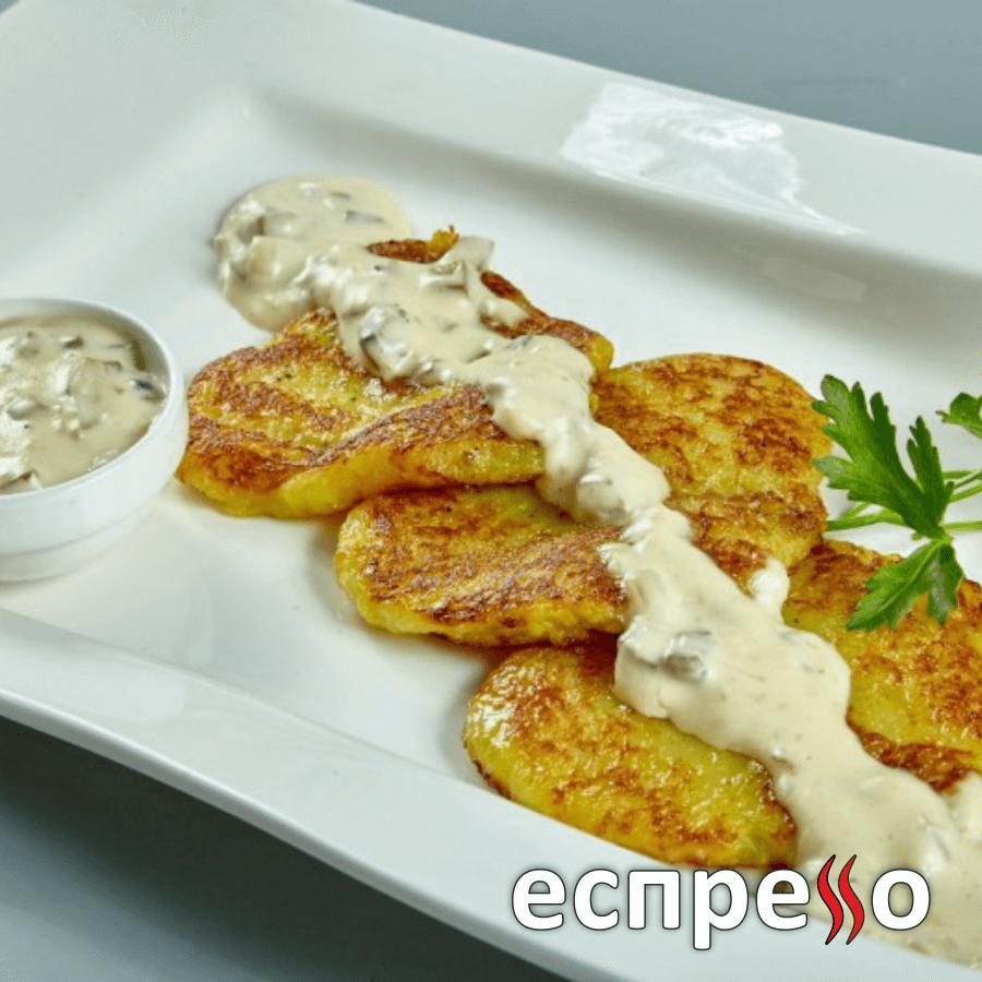 Картопляні деруни з вершково-грибним соусом