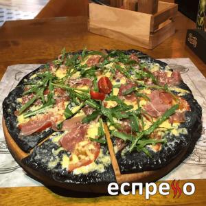 Піца з хамоном та руколою